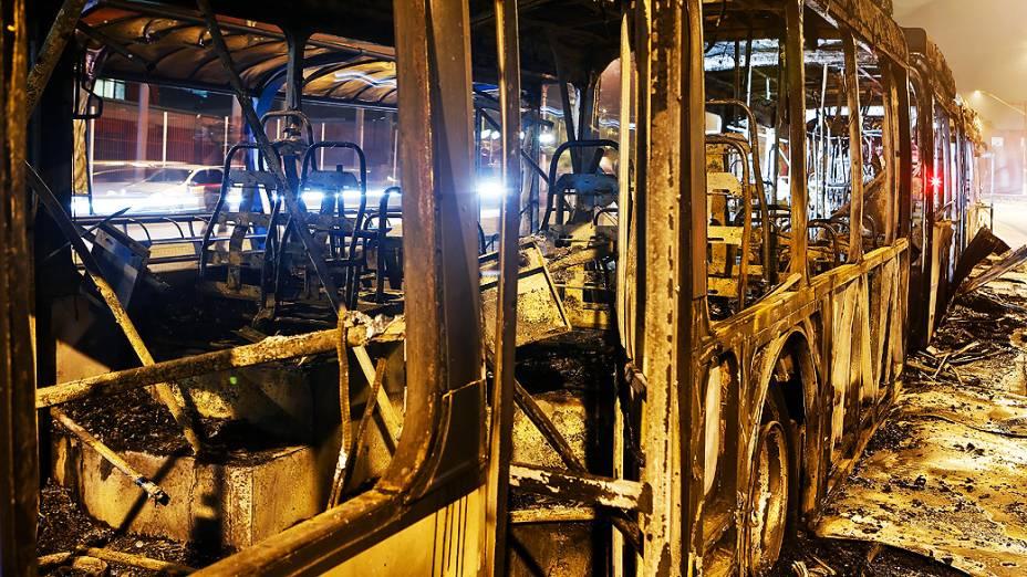 Ônibus é incendiado e cobrador fica ferido na zona sul de SP, em 09/11/2012