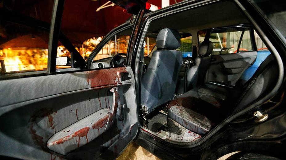 Carro da Guarda Municipal de Santana do Parnaíba (Grande SP) fica sujo de sangue após socorrer PM baleado na região, em 14/11/2012