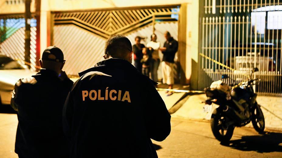 Moto de policial militar a paisana que foi baleado e morto na noite desta terça-feira (13), na rua Caracaru, no Jardim Cumbica, em Guarulhos (Grande SP)