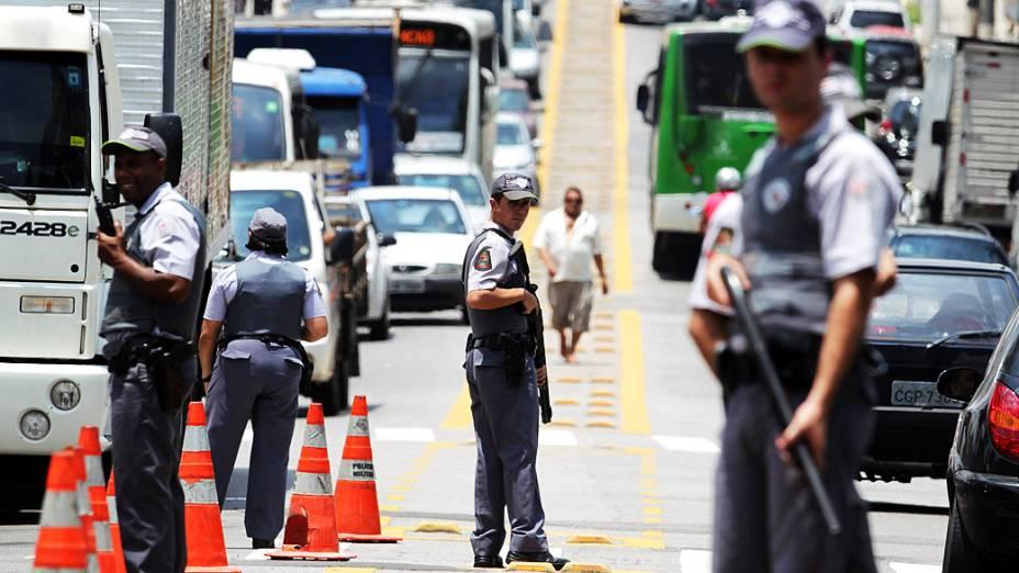 Policiais militares realizam um bloqueio na Rua Elísio Teixeira Leite, ao expandirem Operação Saturação à Parada de Taipas, na zona norte da capital paulista, nesta quarta- feira (07)