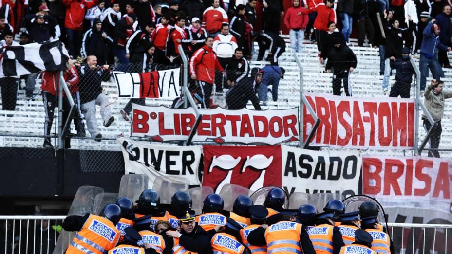 Torcedores do River Plate são observados por policiais