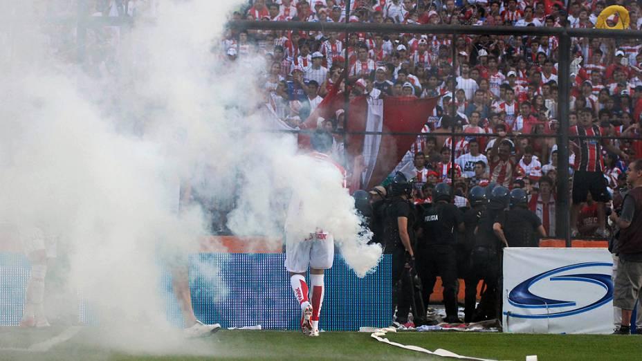 Jogadores deixam o campo após briga entre torcedores de Unión de Santa Fé e Colón, na Argentina