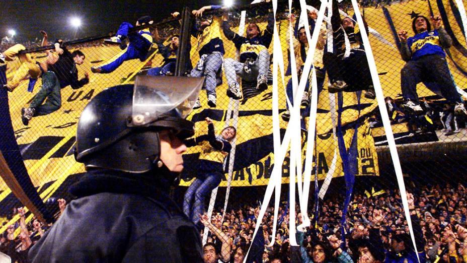 Torcedores do Boca Juniors sob os olhares da polícia