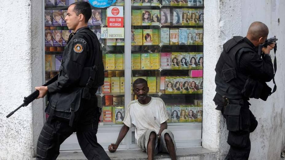 Policiais do BOPE na favela da Vila Cruzeiro, Rio de Janeiro, nesta sexta-feira – 26/11/2010