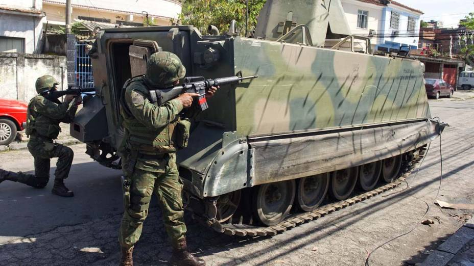 Soldados da Marinha na favela da Vila Cruzeiro, Rio de Janeiro, nesta sexta-feira – 26/11/2010
