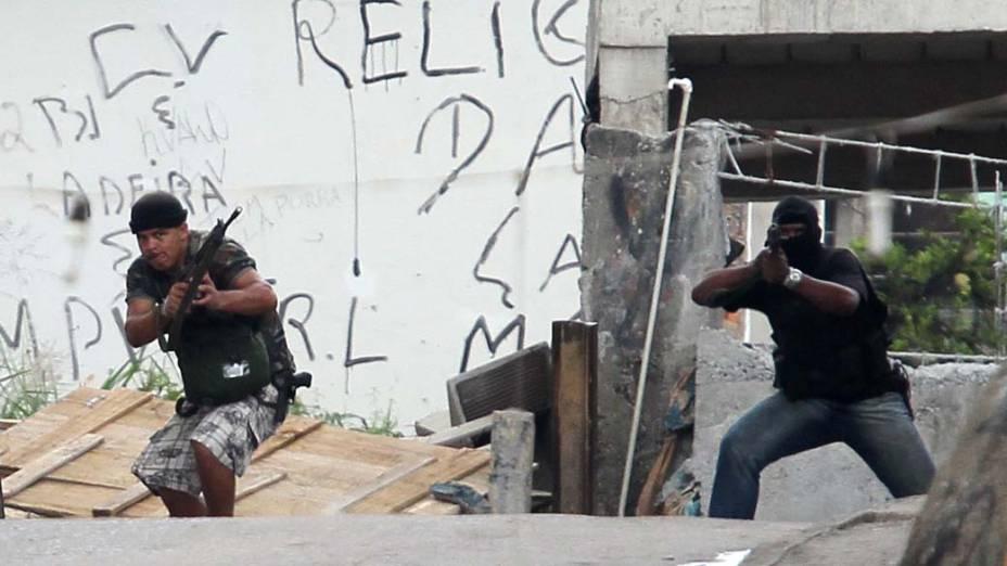 Suspeitos de serem traficantes são fotografados na favela da Grota, Rio de Janeiro, nesta sexta-feira – 26/11/2010