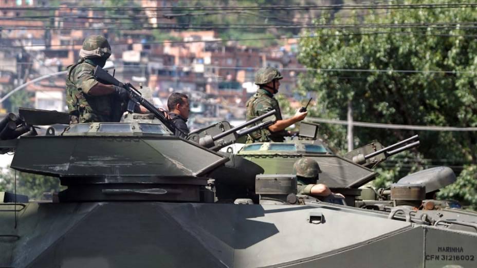 Fuzileiros Navais e policiais do Bope se preparam para entrar no Morro do Alemão, na zona norte do Rio, para onde os traficantes da Vila Cruzeiro fugiram – 26/11/2010