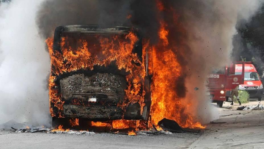 Ônibus queimado por traficantes na bairo de Maria da Graça, Rio de Janeiro – 26/11/2010