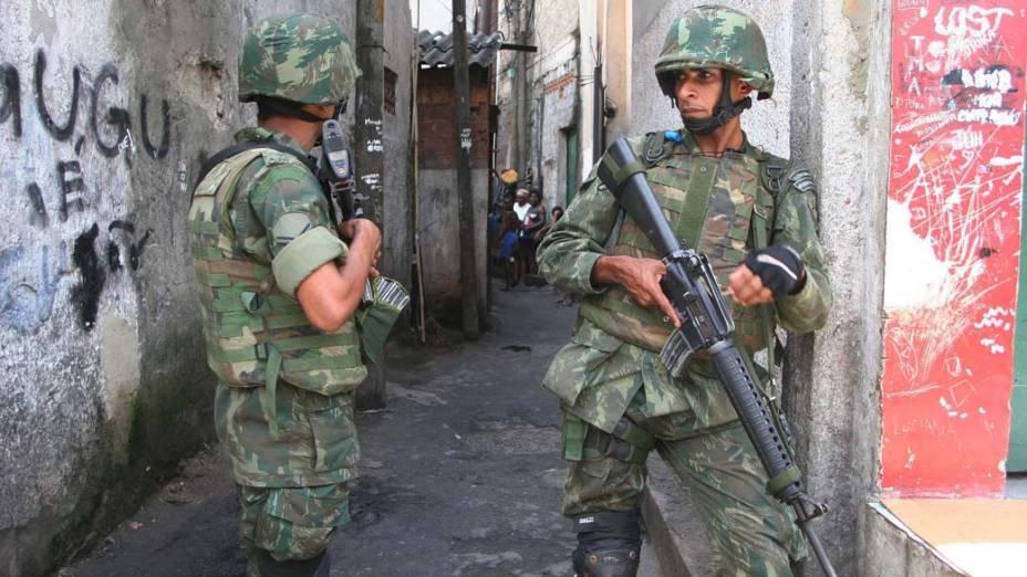 Forças Armadas patrulham ruas no Complexo do Alemão, conjunto de favelas vizinha à Vila Cruzeiro, no bairro da Penha, Rio de Janeiro - 26/11/2010