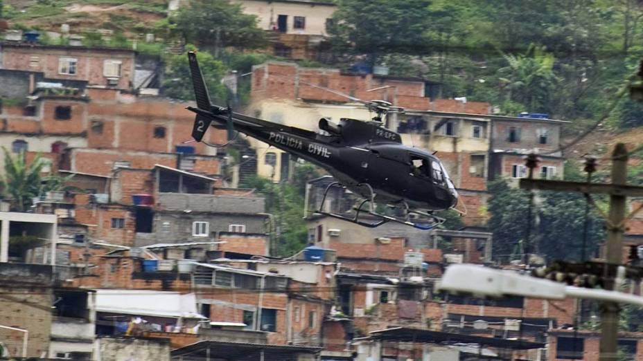 Helicóptero da PM patrulha a Vila Cruzeiro, Rio de Janeiro - 26/11/2010