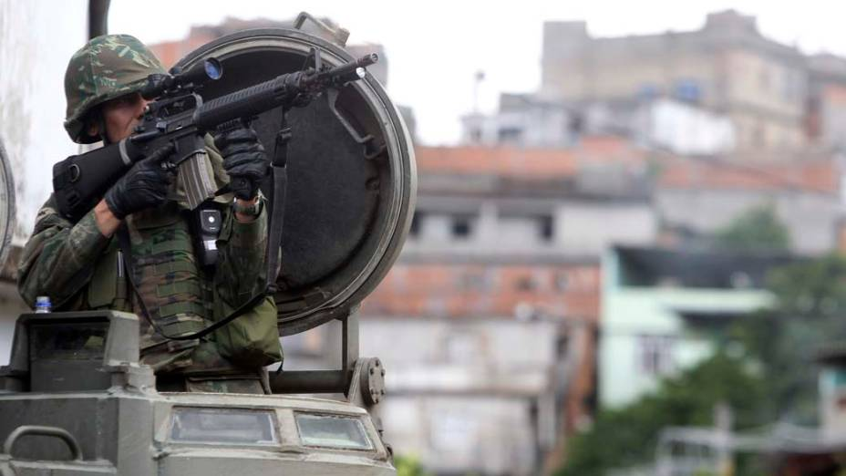 Forças Armadas patrulham ruas da Vila Cruzeiro, no bairro da Penha, Rio de Janeiro - 26/11/2010