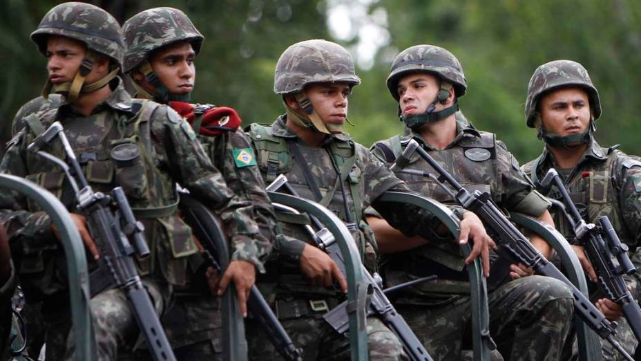 Soldados do Exército na operação na Vila Cruzeiro, Rio de Janeiro - 26/11/2010