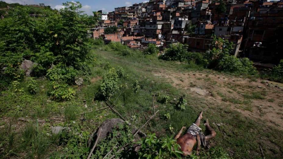 Corpo de traficante na Vila Cruzeiro, Rio de Janeiro - 26/11/2010