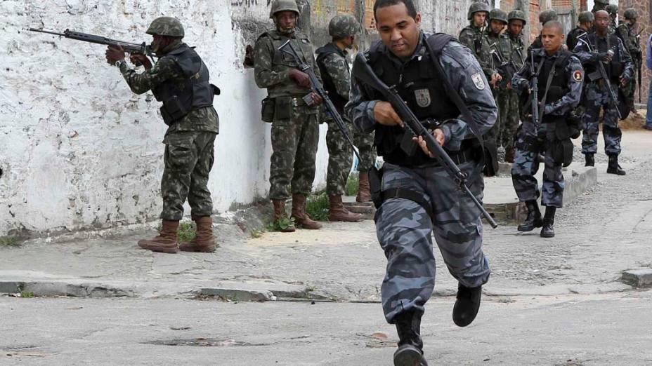 PM e Exército na favela Nova Brasília, Rio de Janeiro - 26/11/2010