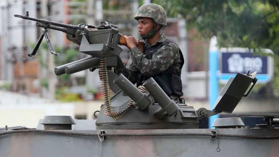 Soldado do Exército na favela Nova Brasília, Rio de Janeiro - 26/11/2010