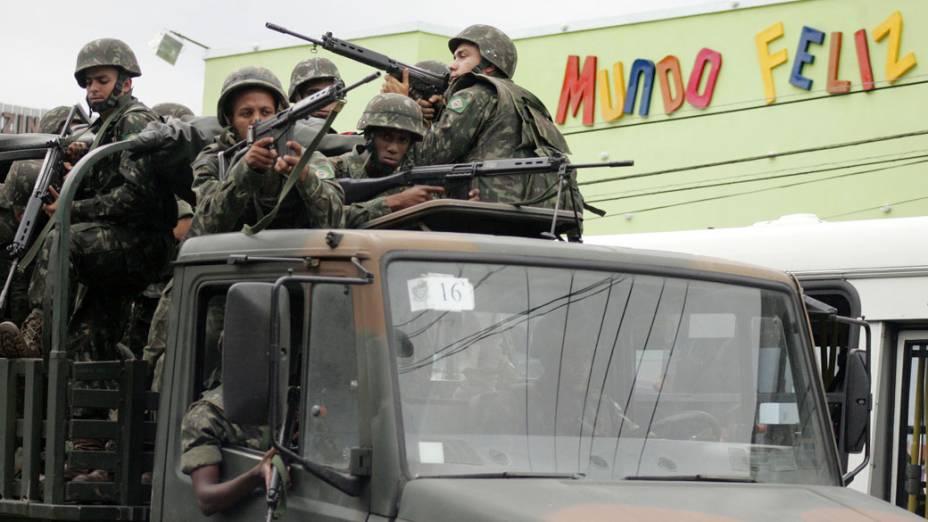 Movimentação de soldados do Exército no alto do Complexo do Alemão, na zona norte da cidade, Rio de Janeiro - 26/11/2010