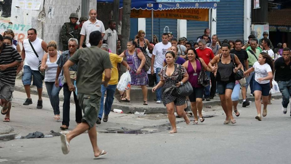 População corre no meio do tiroteio, Rio de JAneiro - 26/11/2010