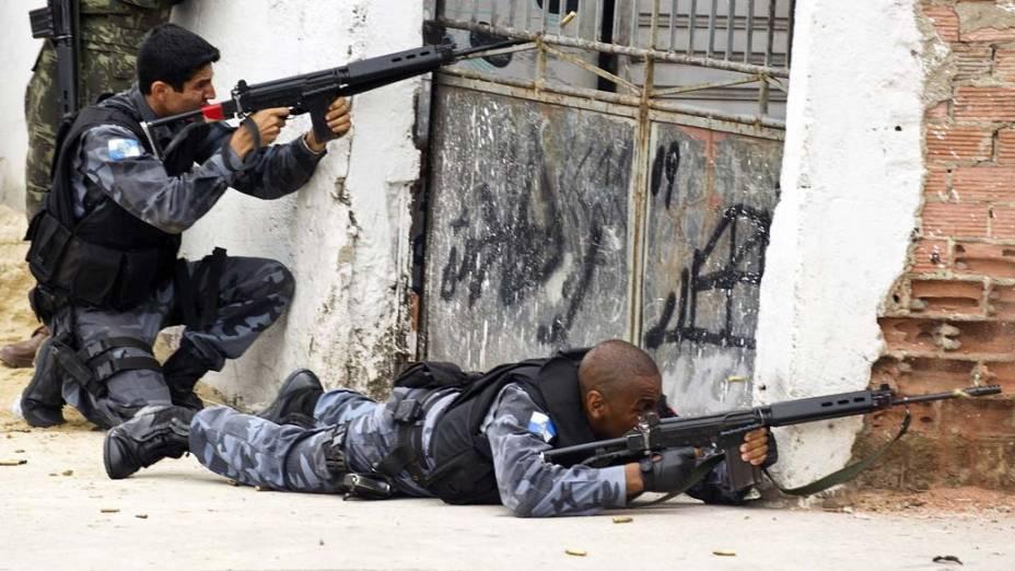 PM troca tiros com traficantes na entrada do Complexo do Alemão, Rio de Janeiro - 26/11/2010