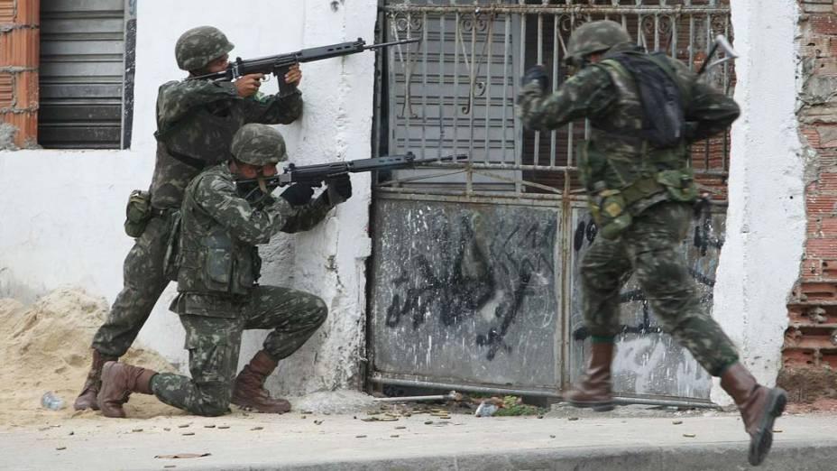 Soldados na favela Nova, Rio de Janeiro - 26/11/2010
