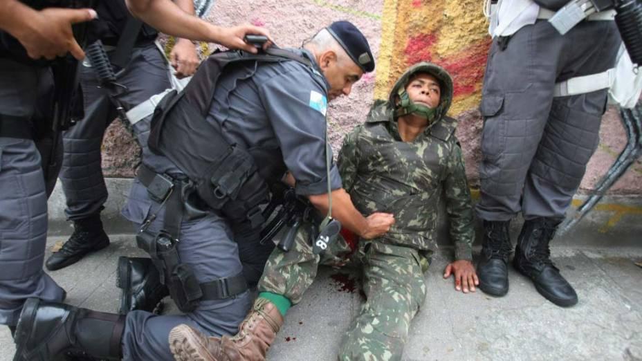 Soldado do Exército baleado, durante o operação conjunta com a Polícia Militar de combate ao tráfico de drogas, no Complexo do Alemão, Rio de Janeiro - 26/11/2010