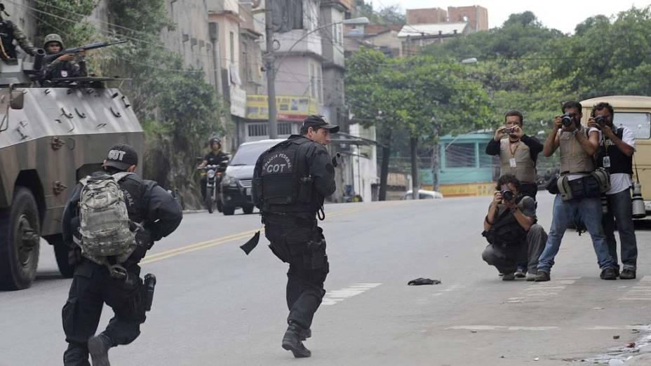 Fotojornalistas acompanham a operação policial no Complexo do Alemão, Rio de Janeiro - 26/11/2010