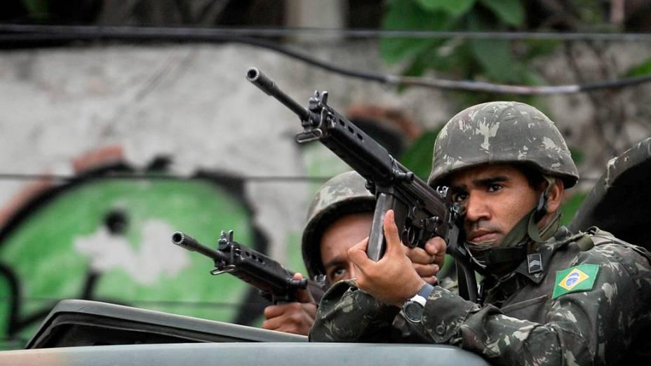 Soldados na favela Nova, Rio de Janeiro - 27/11/2010