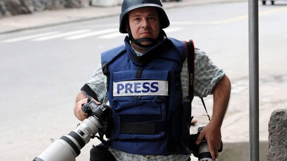 Fotógrafo Paulo Whitaker, antes de ser baleado no ombro na tarde do dia 26 de novembro, no Rio de Janeiro