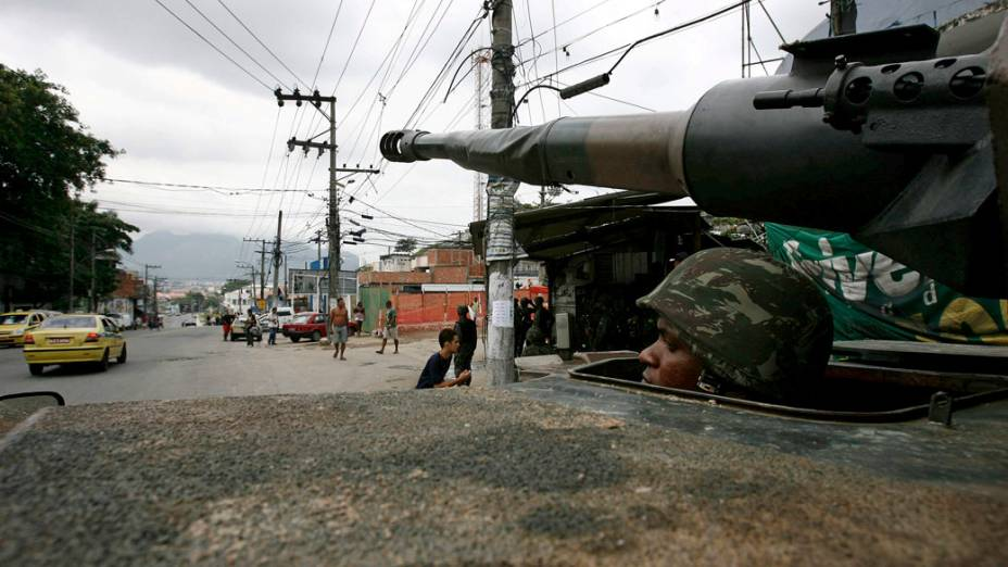 Blindado do exército patrulha o Complexo do Alemão, Rio de Janeiro - 27/11/2010