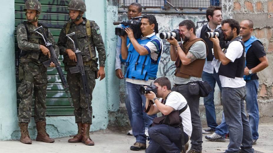 Jornalistas e fotógrafos acompanham o cerco militar no Complexo do Alemão, no Rio de Janeiro. 27/11/2010