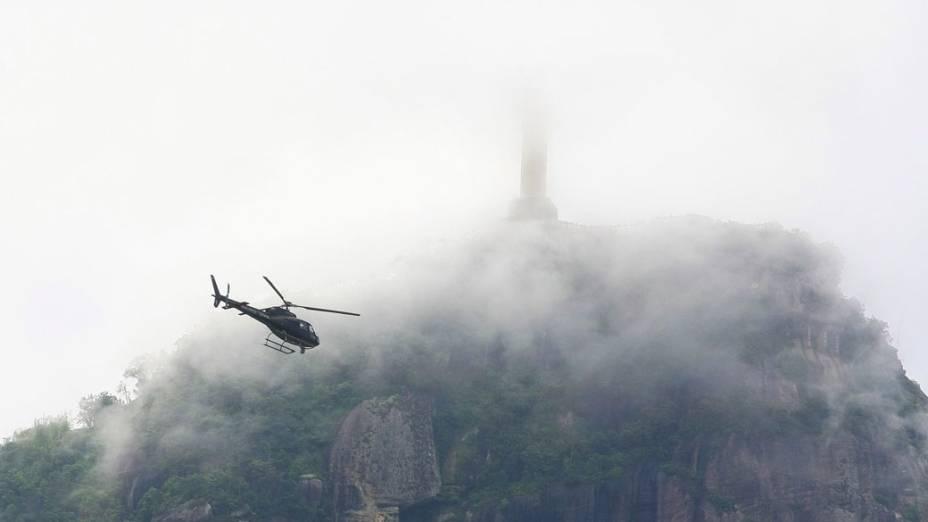 Helicóptero da Polícia Civil sobrevoa a Lagoa Rodrigo de Freitas, no Rio de Janeiro. 27/11/2010