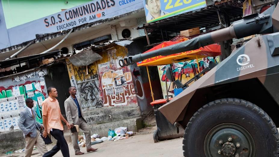 Cascavel, blindado do Exército brasileiro, faz a segurança em uma das entradas do Complexo do Alemão, no Rio de Janeiro. 27/11/2010