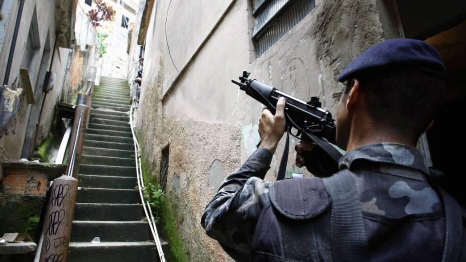 Policiais militares fazem incursões na Vila Cruzeiro, no Rio de Janeiro - 27/11/2010