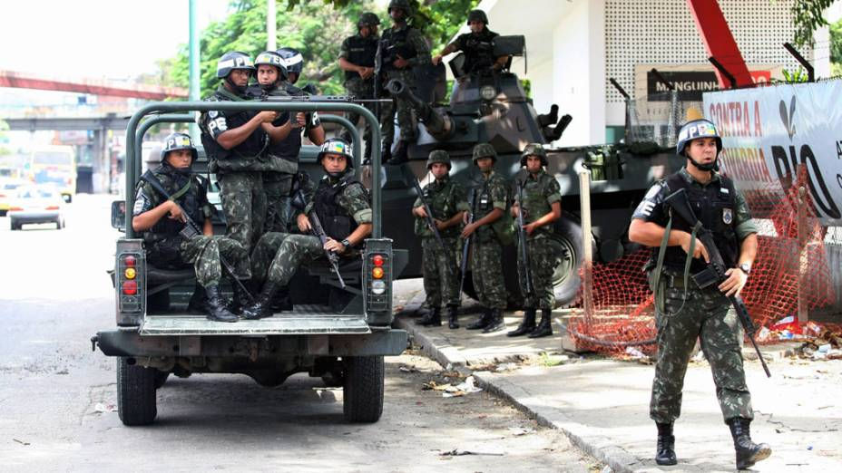 Militares da Polícia do Exército durante policiamento na Avenida Brasil, no Rio de Janeiro - 27/11/2010