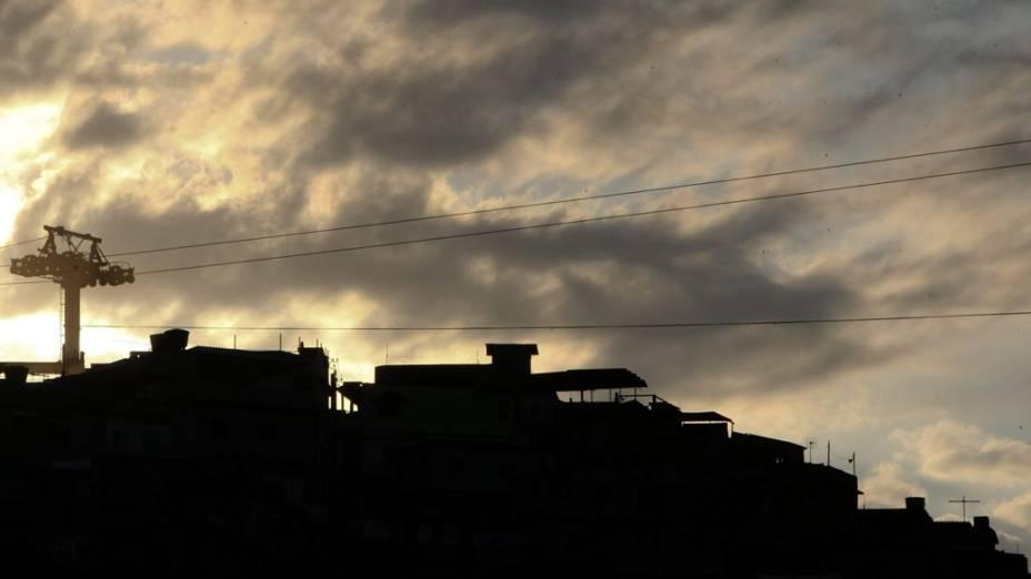 Vista do Complexo do Alemão durante o pôr do Sol no Rio de Janeiro - 27/11/2010