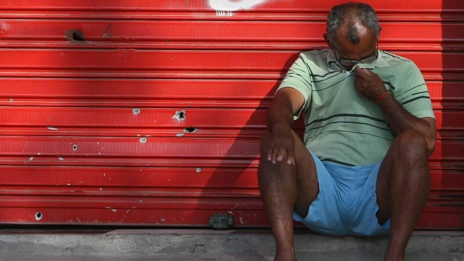 Morador choram no Complexo do Alemão, no Rio de Janeiro - 27/11/2010