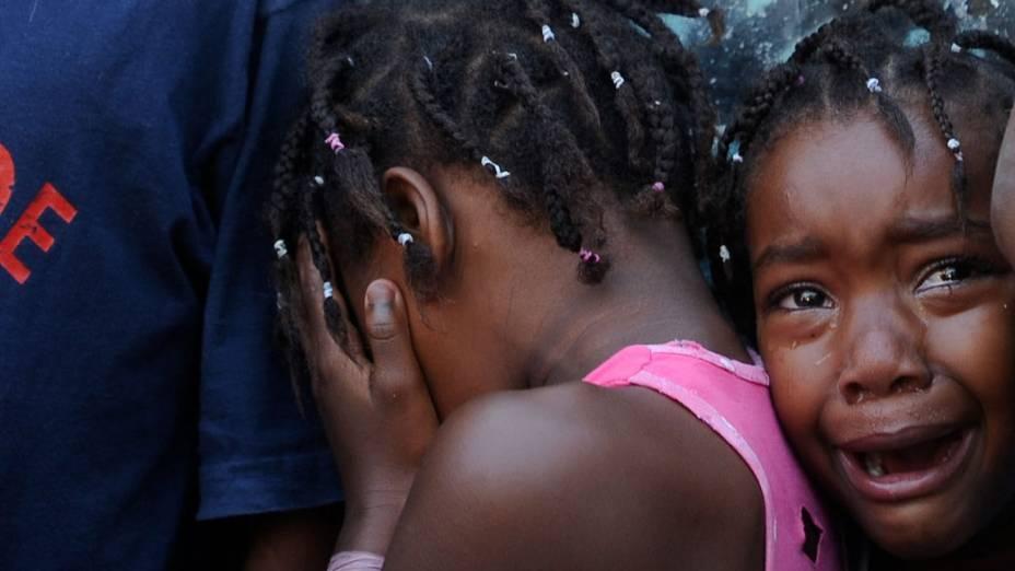 Crianças choram durante tiroteio no Complexo do Alemão, no Rio de Janeiro - 27/11/2010