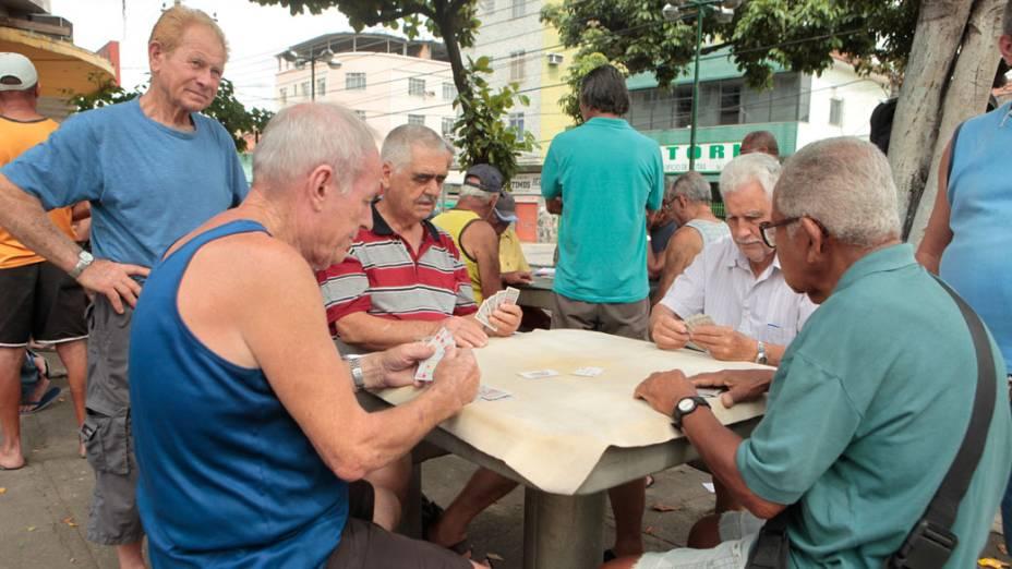 Após a invasão na Vila Cruzeiro, aposentados jogam baralho próximo a área do conflito - 27/11/2010
