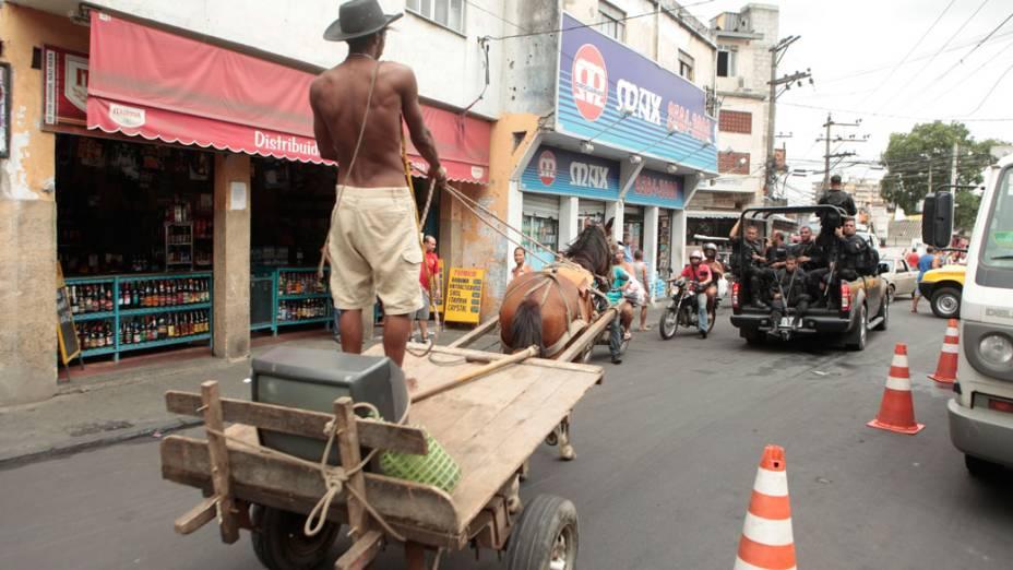 Após a invasão na Vila Cruzeiro, moradores voltam a vida normal próximos a área do conflito - 27/11/2010