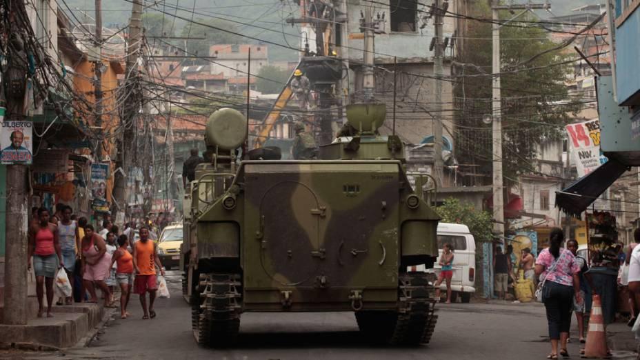 Forças de segurança se mantém na Vila Cruzeiro, no Rio de Janeiro - 27/11/2010