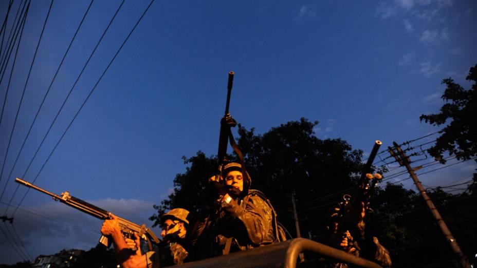 Soldados do Exército patrulham as entradas do Complexo do Alemão, no Rio de Janeiro - 27/11/2010