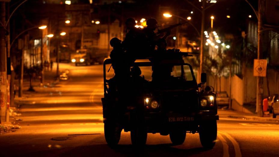 Soldados do Exército montam patrulhas noturnas nas entradas do Complexo do Alemão, no Rio de Janeiro - 27/11/2010