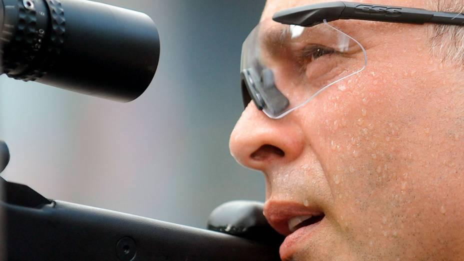 Atirador de elite olha pela mira da arma durante a invasão ao Complexo do Alemão  - 28/11/2010