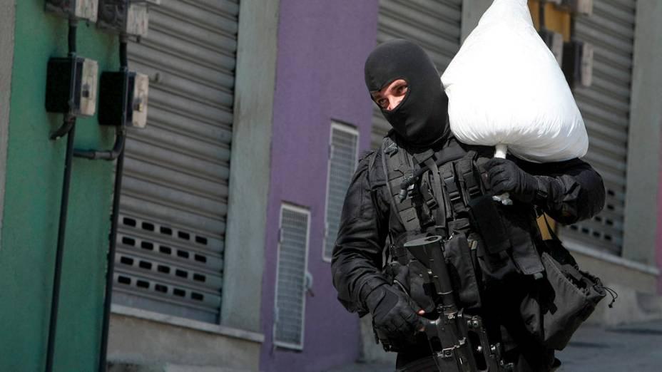 Policial apreende carga de cocaína durante a invasão ao Complexo do Alemão  - 28/11/2010