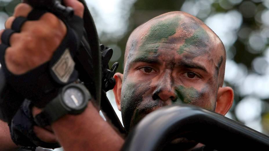 Oficial do BOPE durante a invasão ao Complexo do Alemão  - 28/11/2010