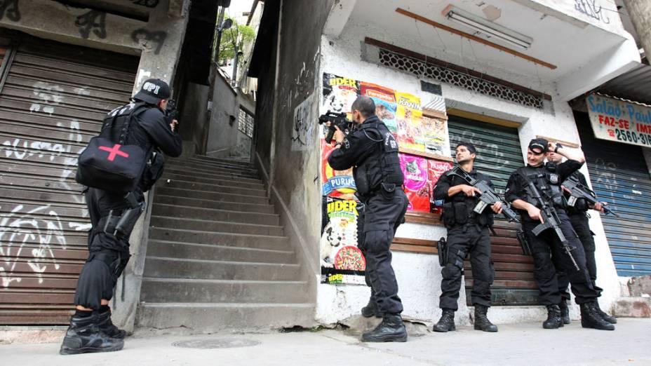 Policiais durante a invasão da favela da Grota no Complexo do Alemão, no Rio de Janeiro - 28/11/2010
