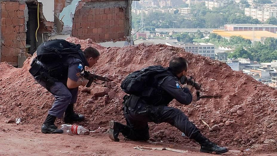 Policiais durante tiroteiro com traficantes no Complexo do Alemão, no Rio de Janeiro - 28/11/2010