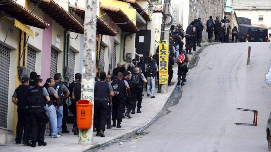 Fila de policiais durante a invasão no Complexo do Alemão, no Rio de Janeiro - 28/11/2010