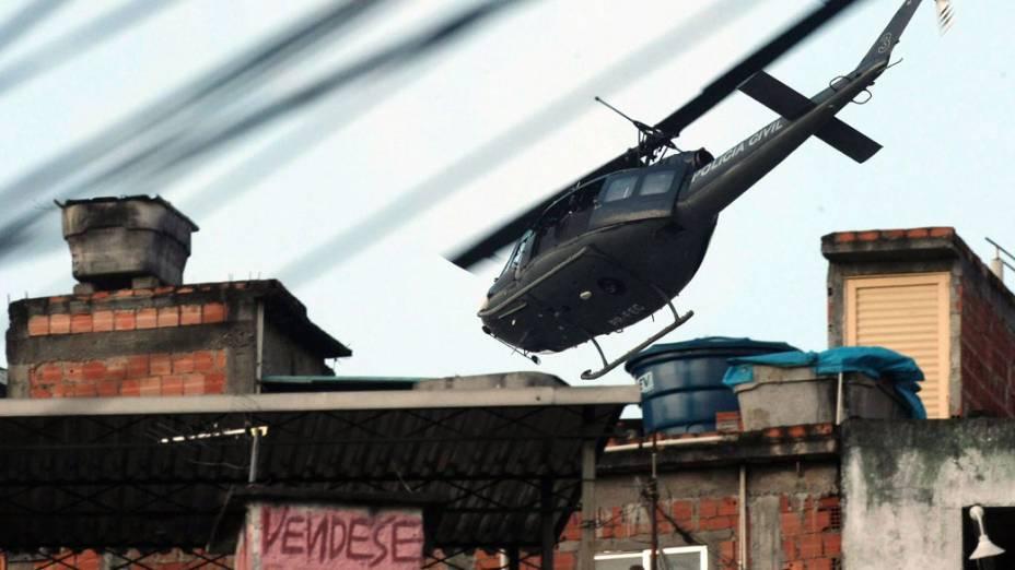 Helicóptero da Polícia Civil sobrevoa o Complexo do Alemão, no Rio de Janeiro - 28/11/2010