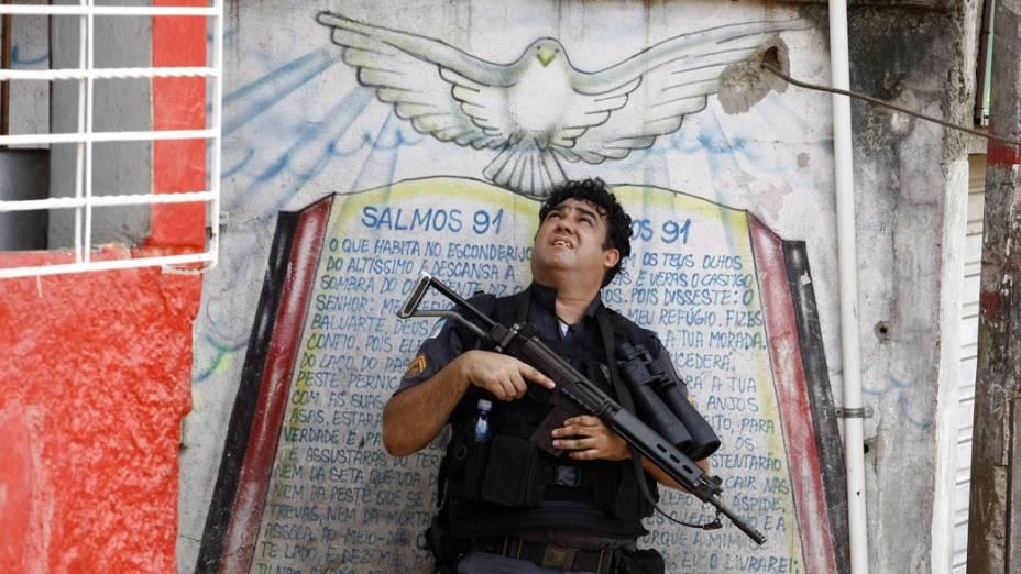 Policial carioca durante a ocupação do Complexo do Alemão - 28/11/2010
