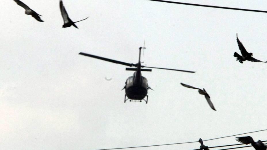 Helicóptero das Forças Armadas sobrevoa o Complexo do Alemão, no Rio de Janeiro - 28/11/2010